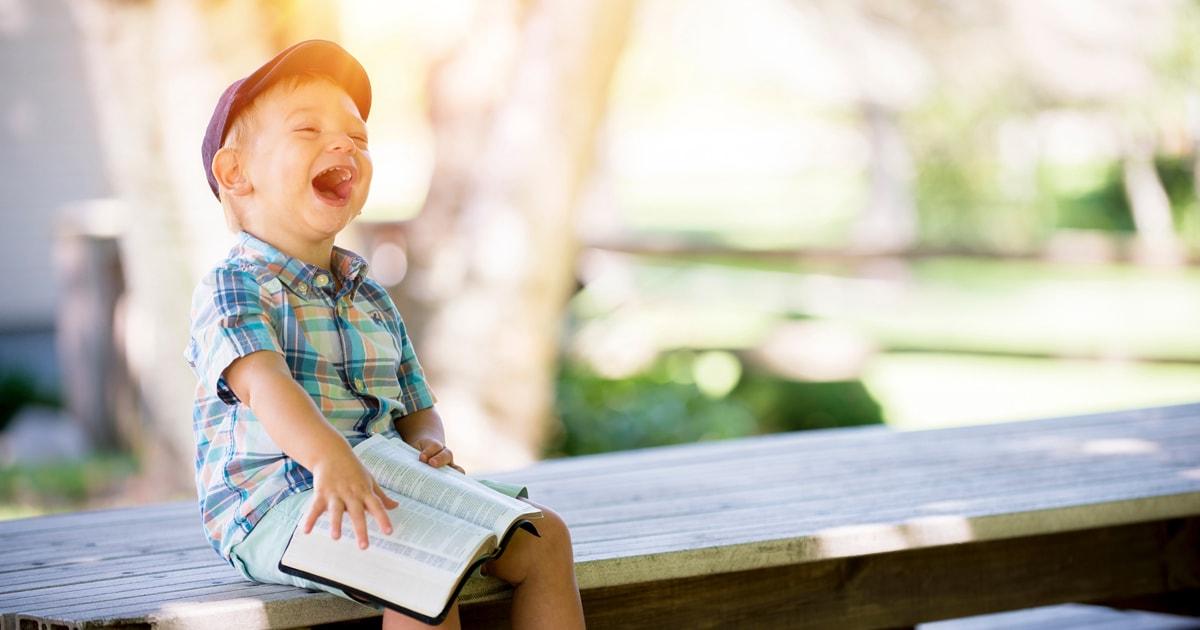 本を読んで笑う子ども